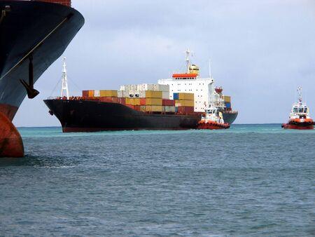 Navi da carico in mare