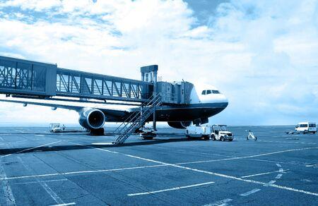 Ampio angolo di vista aereo su asfalto fruiscono del servizio. Versione in bianco e nero blu