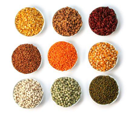 Mostra i grani di cibo in bianco bocce