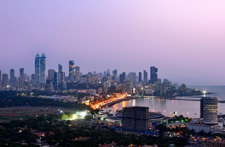 Aerian weergave van Mumbai 's nachts bij zonsondergang blauwe uur