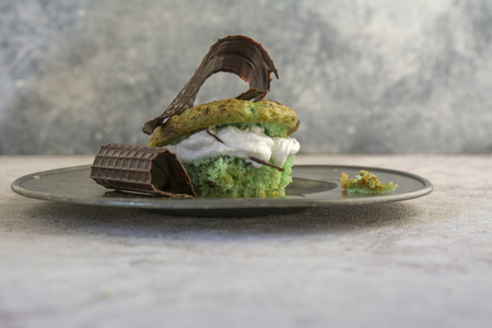 chocolate chips: mint cake, filled with meringue and chocolate chips