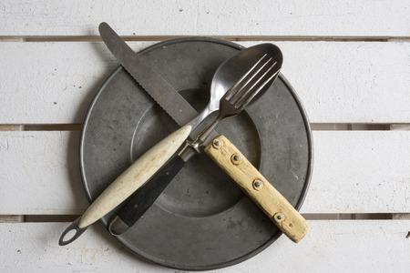 utencilios de cocina: Configuraci�n de lugar r�stico en madera antigua en blanco Foto de archivo