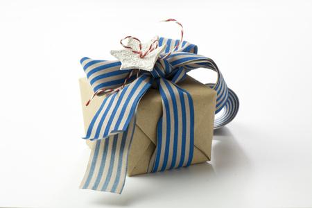 papel reciclado: caja de regalo envuelto en papel reciclado, con el arco de la cinta azul