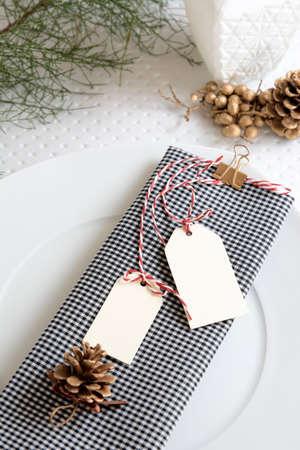 tarjeta de invitacion: servilleta a cuadros y las etiquetas, mesa de Navidad