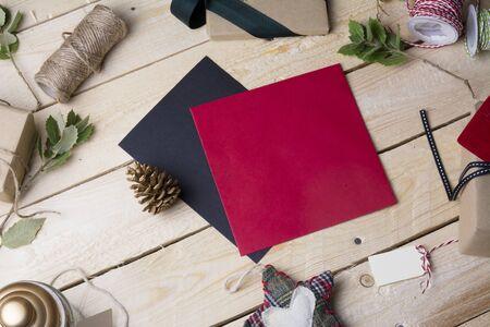 cajas navide�as: tarjetas de felicitaci�n vac�as y adornos de Navidad en fondo de madera Foto de archivo