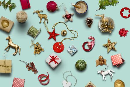 Vánoční kolekce, dárky a dekorativní ornamenty na modrém pozadí. fotografická montáž