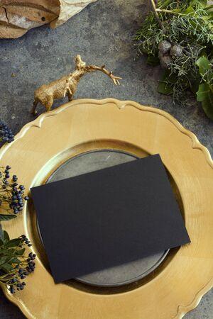 comida de navidad: Configuraci�n de lugar del oro con el men� vac�o en grunge Foto de archivo