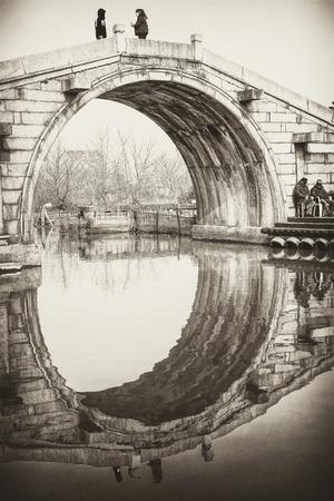 Piccolo ponte in pietra della città antica Archivio Fotografico - 86243239