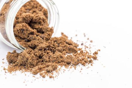 Brown Sugar auf dem weißen Hintergrund - Unschärfe