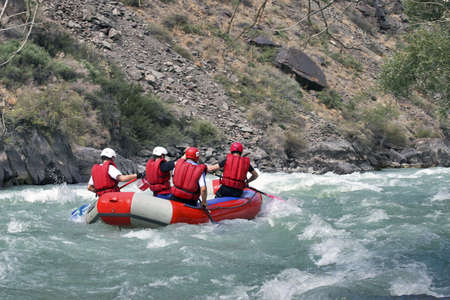 4 athletes in the boat for rafting