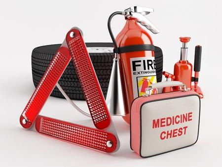 emergencia medica: Un conjunto que consta de una rueda, extintor, botiqu�n de primeros auxilios, tri�ngulo y el gato Foto de archivo
