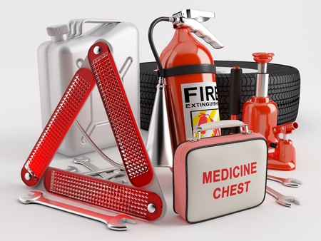 botiquin primeros auxilios: Juego compuesto de una rueda, extintor, botiqu�n de primeros auxilios, tri�ngulo de emergencia, gato, del frasco, la llave Foto de archivo