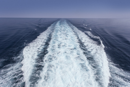 Picture of a view of a boat trace in the sea Imagens