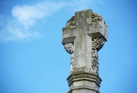 winchester: Particolare del monumento ai caduti croce di pietra di fuori Cattedrale di Winchester, in Inghilterra