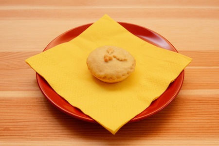 mince pie: One homemade Christmas mince pie with a yellow napkin on a wooden table