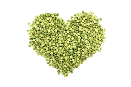 心臓の形、白い背景で隔離の分割エンドウ豆の緑