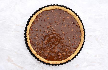 pecan pie: Sin hornear pastel de nuez listo para el horno sobre una encimera de cocina de m�rmol