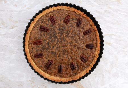 pecan pie: pastel de nuez reci�n salido del horno en una superficie de trabajo de cocina de m�rmol Foto de archivo