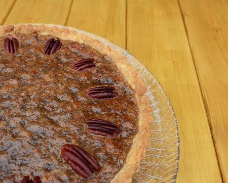 pecan pie: Primer plano de fabricaci�n casera pastel de nuez decorado con frutos secos tostados Foto de archivo