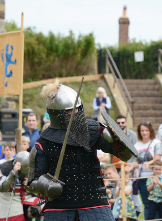 TONBRIDGE, ENGLAND - SEPTEMBER 9, 2018: Warrior dressed in Eastern battle armour from the Middle Ages fights with a sword and shield 報道画像