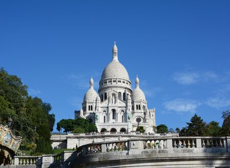 PARIS, FRANCE - SEPTEMBER 16, 2019: Roman Catholic Sacre Coeur basilica in Paris, visited by tourists in the sunshine on September 16, 2019 新聞圖片
