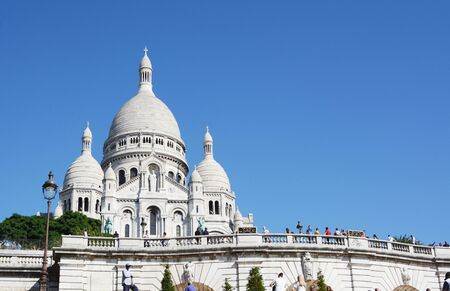 PARIS, FRANCE - SEPTEMBER 16, 2019: Sacre Coeur basilica at Montmartre in Paris on September 16, 2019. The world famous Roman Catholic church was consecrated in 1919. 新聞圖片