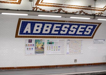 PARIS, FRANCE - SEPTEMBER 16, 2019: Tiled wall of Abbesses metro underground railway station in Montmartre, Paris on September 16, 2019 新聞圖片