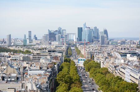 PARIS, FRANCE - SEPTEMBER 16, 2019: Cityscape of Le Defense business district in Paris with the Grande Arche among modern skyscrapers on September 16, 2019 新聞圖片