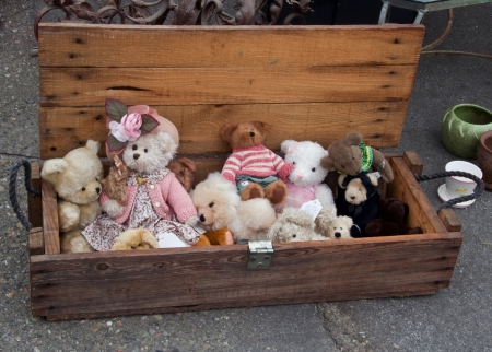 Wooden box with old teddy bears at flea market Imagens