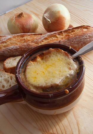 フランス語オニオン スープ、パン、玉ねぎのボウルの静物 写真素材