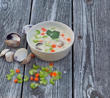 almeja: Tazón de sopa de sopa de almejas en el fondo de madera recuperada