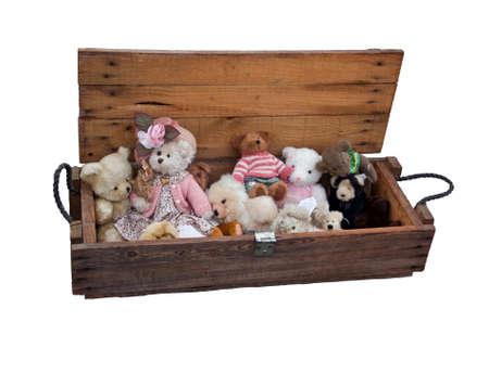 vintage teddy bears: Vecchia scatola di legno con orsacchiotti d'epoca a sfondo bianco