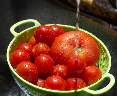タップの下に滴とトマトのクローズ アップ