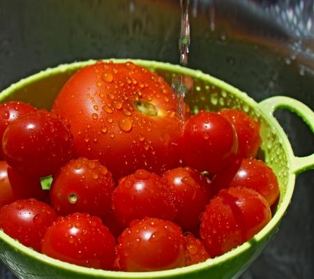 洗濯蛇口の下滴とトマトのクローズ アップ 写真素材