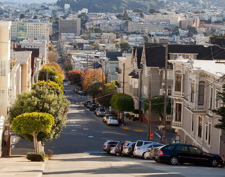 Street in San Francisco with homes, cars and trees Imagens