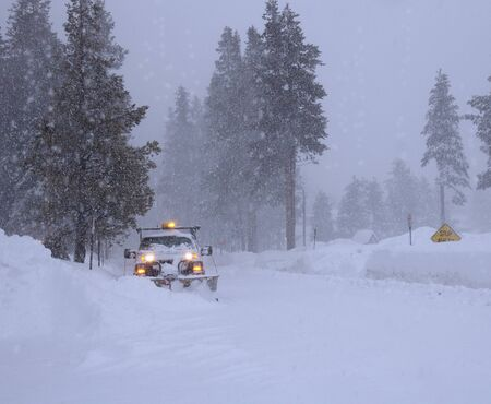 Starker Schneefall. Wintersturm. Schneefahrzeug Entfernung Beseitigung von Schnee. Standard-Bild - 90861605