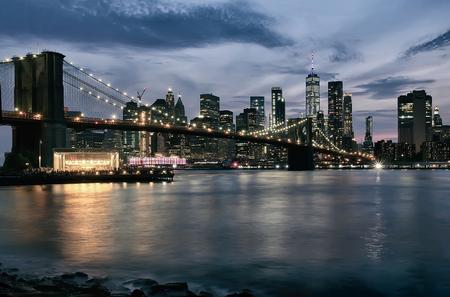 Evening view with Brooklyn Bridge and Manhattan skyline. New York City. Imagens