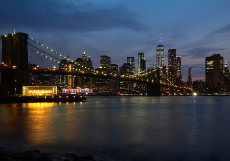 Evening view with Brooklyn Bridge and Manhattan skyline. New York City. 版權商用圖片