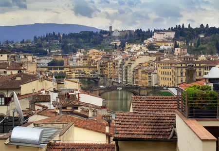 View of Florence (Firenze), with the Ponte Vecchio and the River Arno, Italy. Imagens