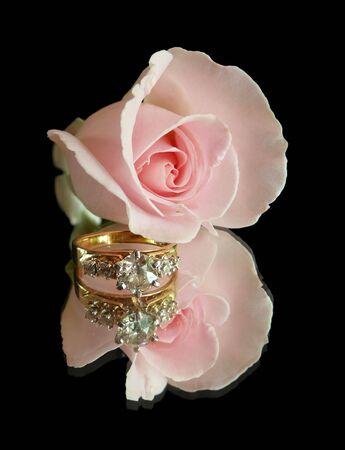 anillo de compromiso: Anillo de compromiso y rosa rosa en negro  Foto de archivo