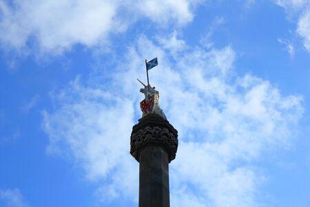 scottish flag: Monumento storico con la bandiera scozzese a Edimburgo in Scozia Archivio Fotografico