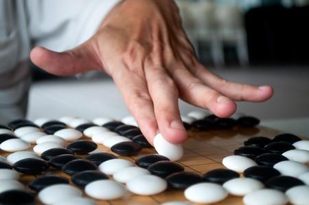 押しながら混雑した基板部分に配置する方法を示す白い行くプレーヤー手を閉じます。選択したフォーカス。 写真素材 - 48802255