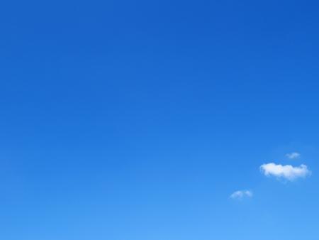 Heldere blauwe lucht met kleine wolken