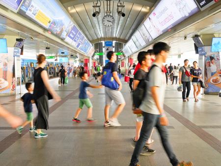 Bangkok, Thailand - 15 januari 2017: mensen lopen op BTS Skytrain-platform op Siam Station