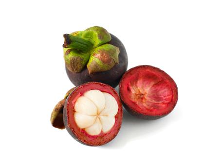 흰 배경에 고립 된 보라색 mangosteens