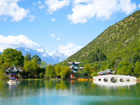 Paisaje de Black Dragon Pool en Jade Spring Park (Yu Quan Gong Yuan) con Jade Dragon Snow Mountain Foto de archivo