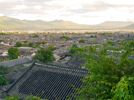View of historic rooftops in the old town of Lijiang, Yunnan, China. Imagens