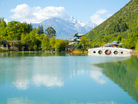 Scenery of Black Dragon Pool in Jade Spring Park (Yu Quan Gong Yuan) with Jade Dragon Snow Mountain Stockfoto - 116127879