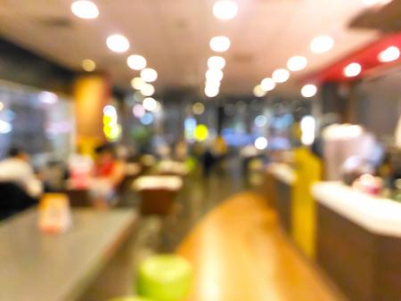 Gente borrosa cenando en el restaurante. Foto de archivo