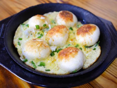 Shengjian mantou or shengjian bao. Pan-fried steamed bun (baozi) filled with pork Stockfoto